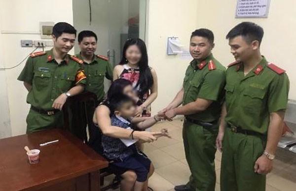 Chị L xúc động khi nhận lại con trai tại trụ sở CAP Thanh Nhàn