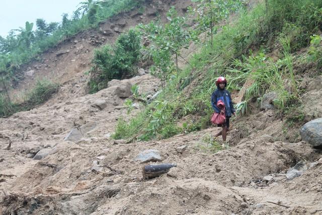 Đoạn đường từ trung tâm huyện Tây Trà đi xã Trà Xinh bị chia cắt hoàn toàn do sạt lở