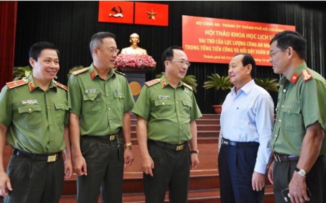 Thứ trưởng Nguyễn Văn Thành và các đại biểu trao đổi bên lề Hội thảo.