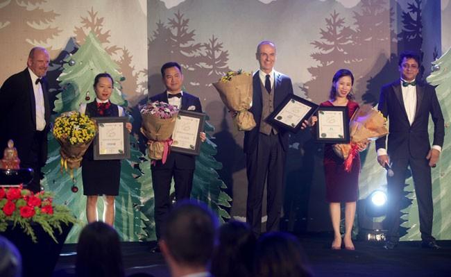 Các nhà hảo tâm nhận hoa từ ban tổ chức
