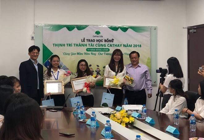 34 sinh viên nhận học bổng toàn phần từ Cathay Life Việt Nam ảnh 1
