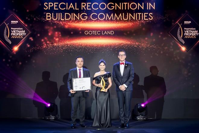 Đại diện Gotec Land nhận giải Special Recognition for Building Communities – Chứng nhận đặc biệt về việc xây dựng cộng đồng.