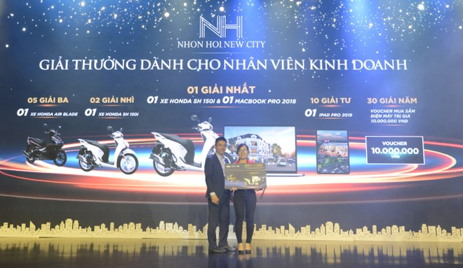 Đại diện chủ đầu tư trao phần thưởng cho nhân viên kinh doanh may mắn nhất trong sự kiện