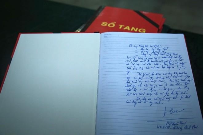 Trong sổ tang, Thủ tướng Chính phủ Nguyễn Xuân Phúc ghi nhận, 3 liệt sỹ là những tấm gương sáng cho cán bộ lực lượng vũ trang học tập