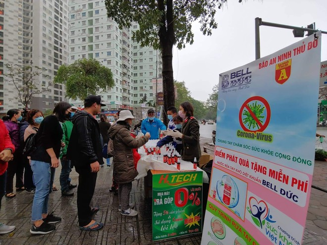 Báo ANTĐ tặng miễn phí 5.000 chai nước rửa tay khô tới người dân Hà Nội ảnh 4
