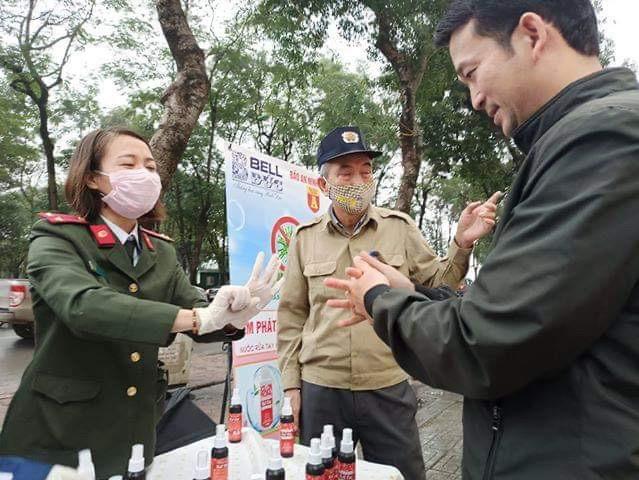 Hướng dẫn người dân vệ sinh tay đúng cách bằng nước rửa tay khô