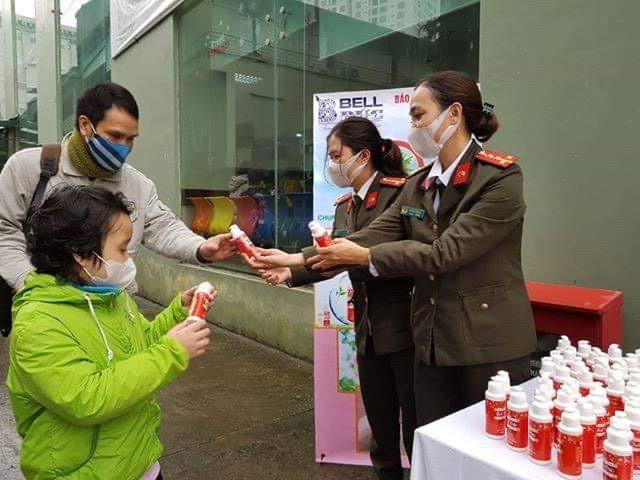 Báo ANTĐ tặng miễn phí 5.000 chai nước rửa tay khô tới người dân Hà Nội ảnh 1