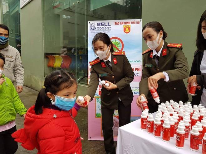 Báo ANTĐ tặng miễn phí 5.000 chai nước rửa tay khô tới người dân Hà Nội ảnh 2