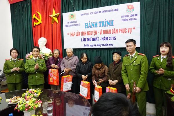 Buổi lễ trao tặng quà gia đình có hoàn cảnh khó khăn nhân dịp Tết Nguyên đán của tuổi trẻ Công an Thủ đô