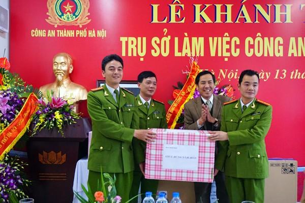 Đồng chí Thuận Hữu, TBT Báo Nhân Dân tặng quà CAP Tứ Liên