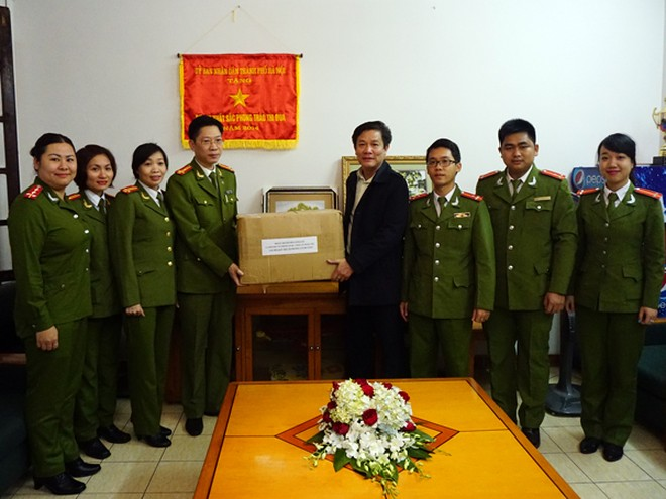 Phòng Cảnh sát điều tra tội phạm về trật tự quản lý kinh tế và chức vụ (CATP Hà Nội) chuyển hơn 1.000 bộ quần áo mới đến Báo ANTĐ cho chuyến hoạt xã hội nghĩa tình sắp tới