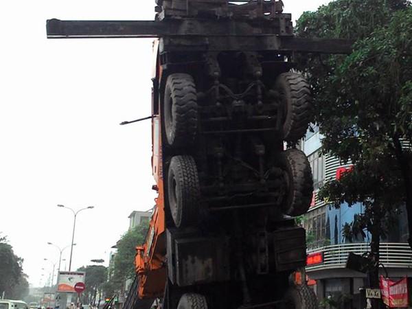 Dân chạy tán loạn vì xe cẩu dài 50 mét đổ vật ra đường ảnh 2