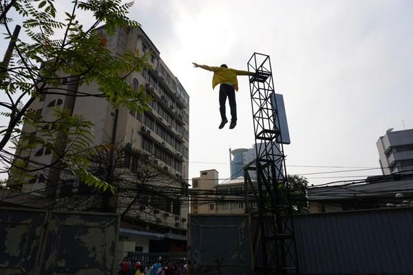 Người dân sững sờ chứng kiến thanh niên lơ lửng trên không ảnh 2