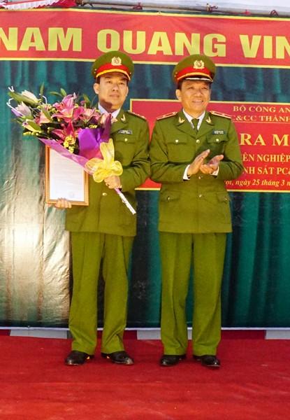 Thiếu tướng Nguyễn Đức Nghi, Giám đốc CS PC&CC TP Hà Nội trao quyết định ra mắt Đội Chữa cháy chuyên nghiệp Nam Từ Liêm cho lãnh đạo phòng CS PC&CC số 3 - Cầu Giấy