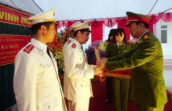 Đại tá Lê Chí Cao, Trưởng phòng CS PC&CC số 3- Cầu Giấy trao quyết định bổ nhiệm cán bộ Đội chữa cháy chuyên nghiệp