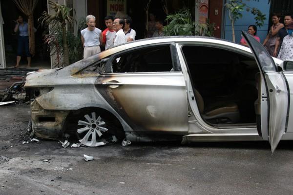 Ô tô bốc cháy, lan sang xe máy ảnh 2