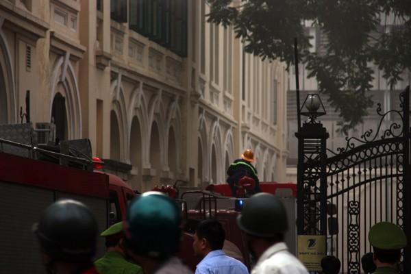 Lực lượng Cảnh sát PC&CC tiếp cận hiện trường, dập lửa từ cổng phố Đinh Tiên Hoàng