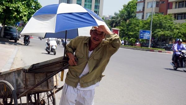 """Hà Nội: 5 giờ chiều, """"lửa trời"""" vẫn thiêu đốt đường phố ảnh 3"""