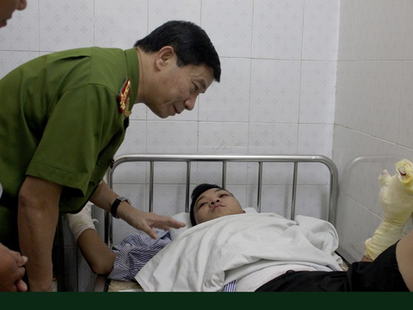 Đại tá Hoàng Quốc Định thăm và chúc sức khỏe 2 cảnh sát cứu hỏa bị thương ảnh 1