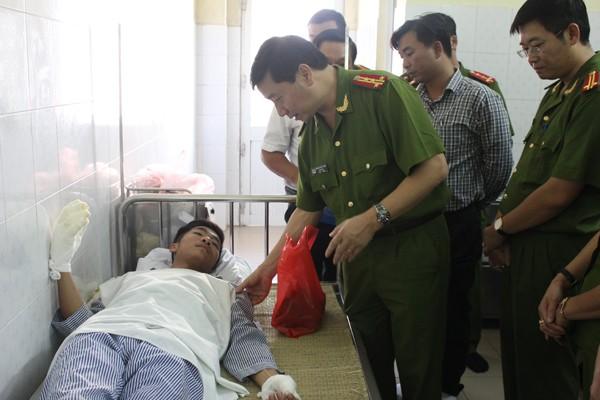 Đại tá Hoàng Quốc Định ân cần thăm hỏi, động viên chiến sỹ bị thương khi làm nhiệm vụ