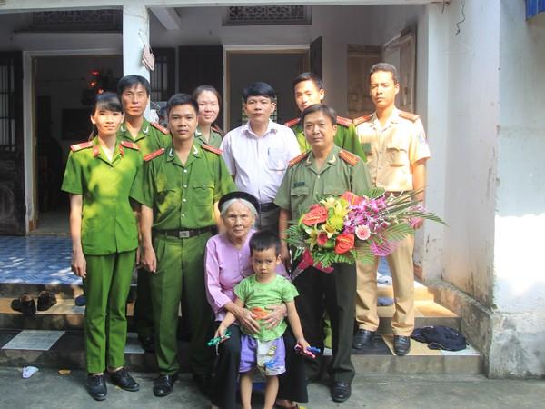 Trung tá Mạc Quốc Khánh, Phó trưởng CAH Mỹ Đức cùng CBCS thăm và tặng quà Mẹ Việt Nam anh hùng Nguyễn Thị Cúc