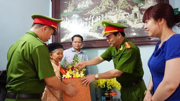 Đại tá Lê Xuân Văn, Trưởng CAH Mỹ Đức thăm và tặng quà Mẹ Việt Nam anh hùng Nguyễn Thị Bua