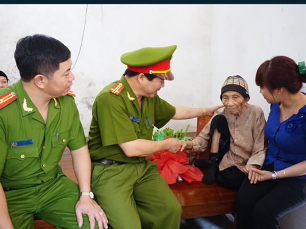 CAH Mỹ Đức tặng quà tri ân các mẹ Việt Nam anh hùng ảnh 2