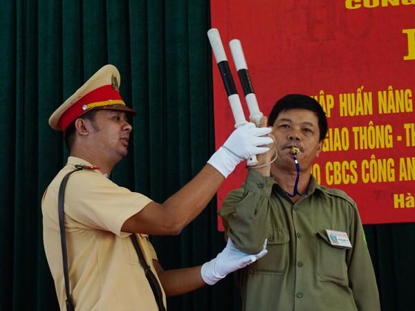 Cán bộ Đội CSGT -CAH Thanh Trì hướng dẫn kỹ năng nghiệp vụ cho lực lượng bảo vệ dân phố