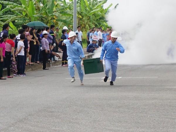 """Những người thợ đua tài chống """"giặc lửa"""" ảnh 4"""