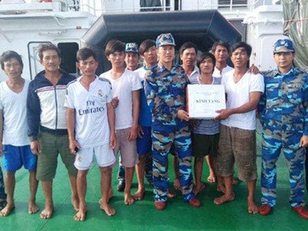 Cảnh sát biển tiếp tế nhu yêu phẩm cho thuyền viên gặp nạn