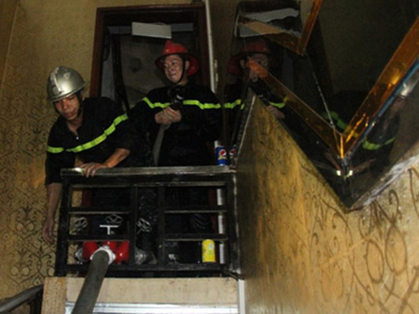 Lực lượng chữa cháy thận trọng tìm kiếm người mắc kẹt trong phòng