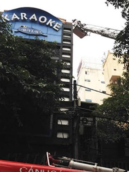Lính cứu hỏa phải dùng xe thang lên tầng 5 tìm cách tiếp cận chữa cháy