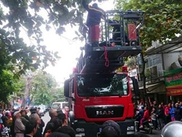 Phòng Cảnh sát PCCC số 8 dùng xe thang tiếp cận vị trí người đàn ông ngồi ngọn cây để cứu nạn