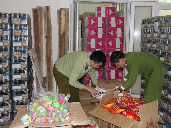 """""""Tích"""" hàng nghìn sản phẩm bánh kẹo nhập lậu từ Trung Quốc không """"date"""" ảnh 7"""