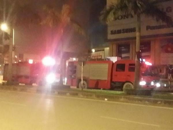 Lực lượng Cảnh sát PCCC Hà Đông đã điều xe thang đến hiện trường cứu hộ, cứu nạn kịp thời