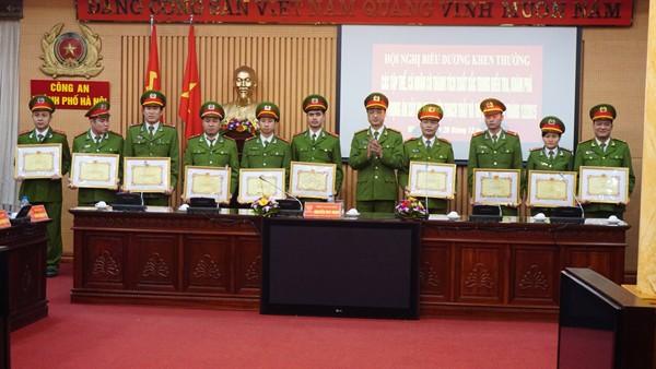 Cá nhân thuộc các đơn vị nghiệp vụ, Công an huyện Thachh Thất, Công an thị xã Sơn Tây nhận bằng khen có thành tích điều tra, khám phá 2 vụ trọng án