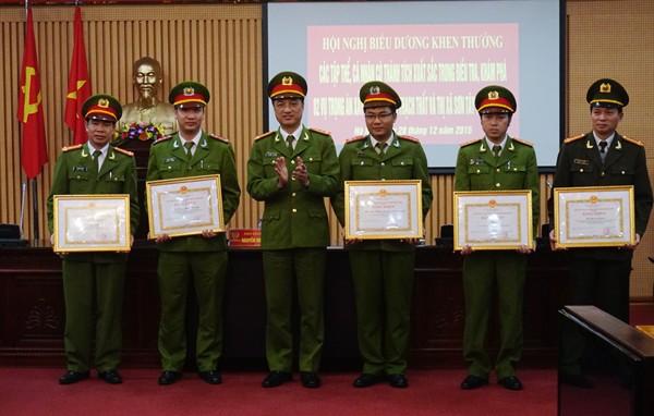 Đại tá Nguyễn Duy Ngọc trao bằng khen cho cá nhân có thành tích điều tra, khám phá án