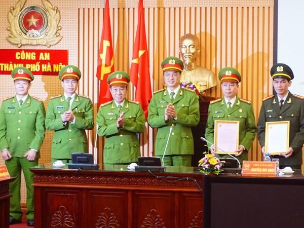 Đại tá Nguyễn Duy Ngọc, Phó Giám đốc CATP trao bằng khen cho lãnh đạo các đơn vị có thành tích xuất sắc