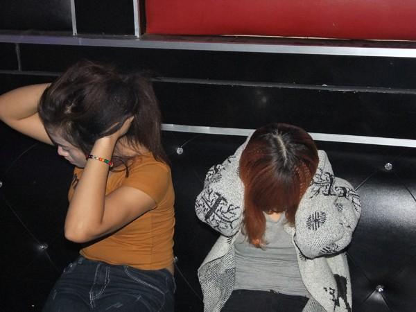 """Hàng chục đôi nam, nữ điên cuồng """"bay lắc"""" trong quán karaoke ảnh 4"""