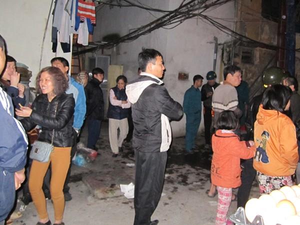 Người dân hoảng hốt chạy tán loạn ra ngoài khu nhà có cháy