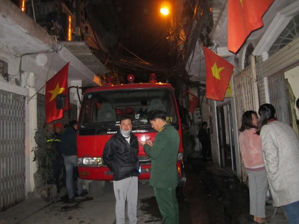 Người dân hốt hoảng ôm tài sản chạy vì cháy khu nhà gỗ ảnh 1