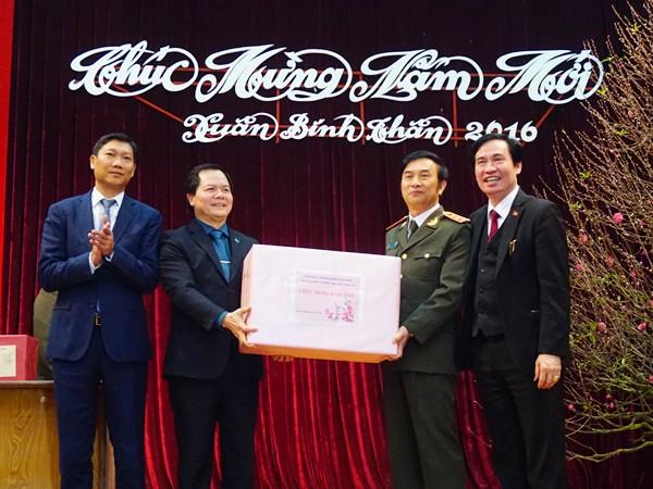 Thượng tướng Đặng Văn Hiếu, Thứ trưởng thường trực Bộ Công an chúc Tết và tặng quà lãnh đạo Quận ủy, UBND quận Tây Hồ nhân dịp xuân mới