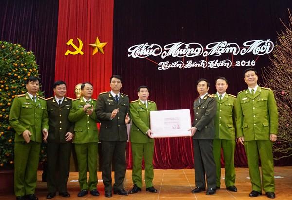 Thượng tướng Đặng Văn Hiếu, Thứ trưởng Thường trực Bộ Công an chúc Tết và tặng quà CAQ Tây Hồ nhân dịp năm mới