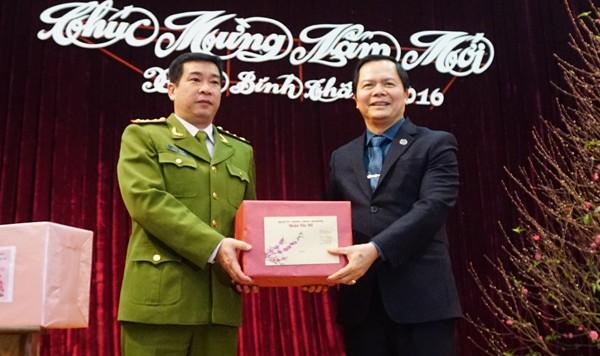 Đồng chí Nguyễn Văn Thắng, Bí thư Quận ủy Tây Hồ chúc mừng năm mới đại diện lãnh đạo CAQ Tây Hồ