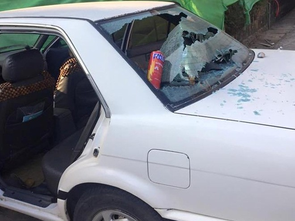 Chiếc xe bị vỡ kính do nổ bình chữa cháy mini Ảnh: otofun