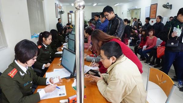 Bộ phận tiếp nhận hồ sơ nỗ lực giải quyết thủ tục cho người dân một cách nhanh chóng nhất