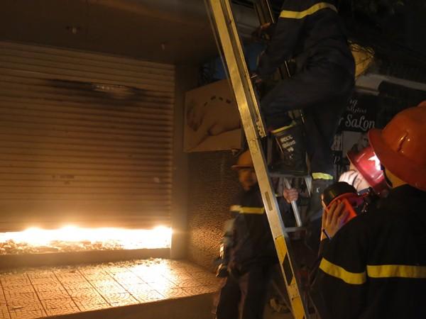 Kịp thời cứu nạn 4 người mắc kẹt trong đám cháy ở phố Thái Hà ảnh 3