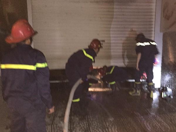 Kịp thời cứu nạn 4 người mắc kẹt trong đám cháy ở phố Thái Hà ảnh 2
