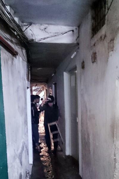 Lối vào ngôi nhà xảy cháy quá nhỏ, rất khó khăn cho công tác dập lửa