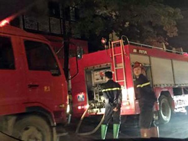 Lực lượng cứu hỏa tiếp nước chữa cháy tại hiện trường